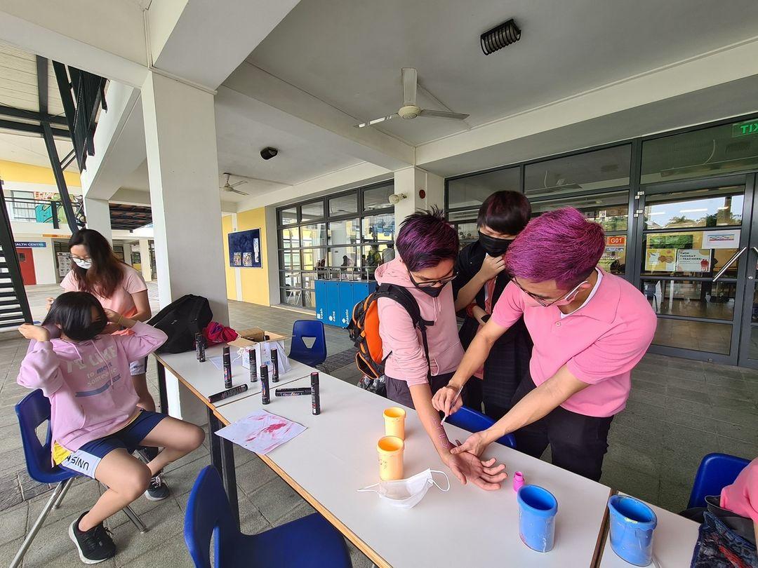 Senators give students pink hairspray for Spirit Week